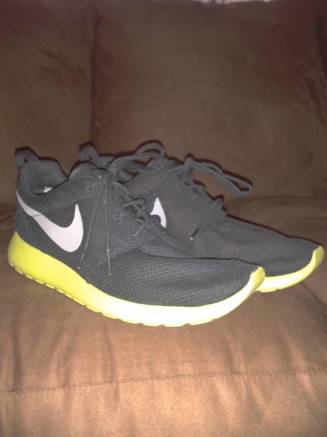 b2154c698c96 Nike Roshe Run size 9 SAMPLE PAIR