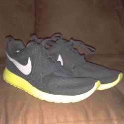 Nike roshe run size 9 sample pair